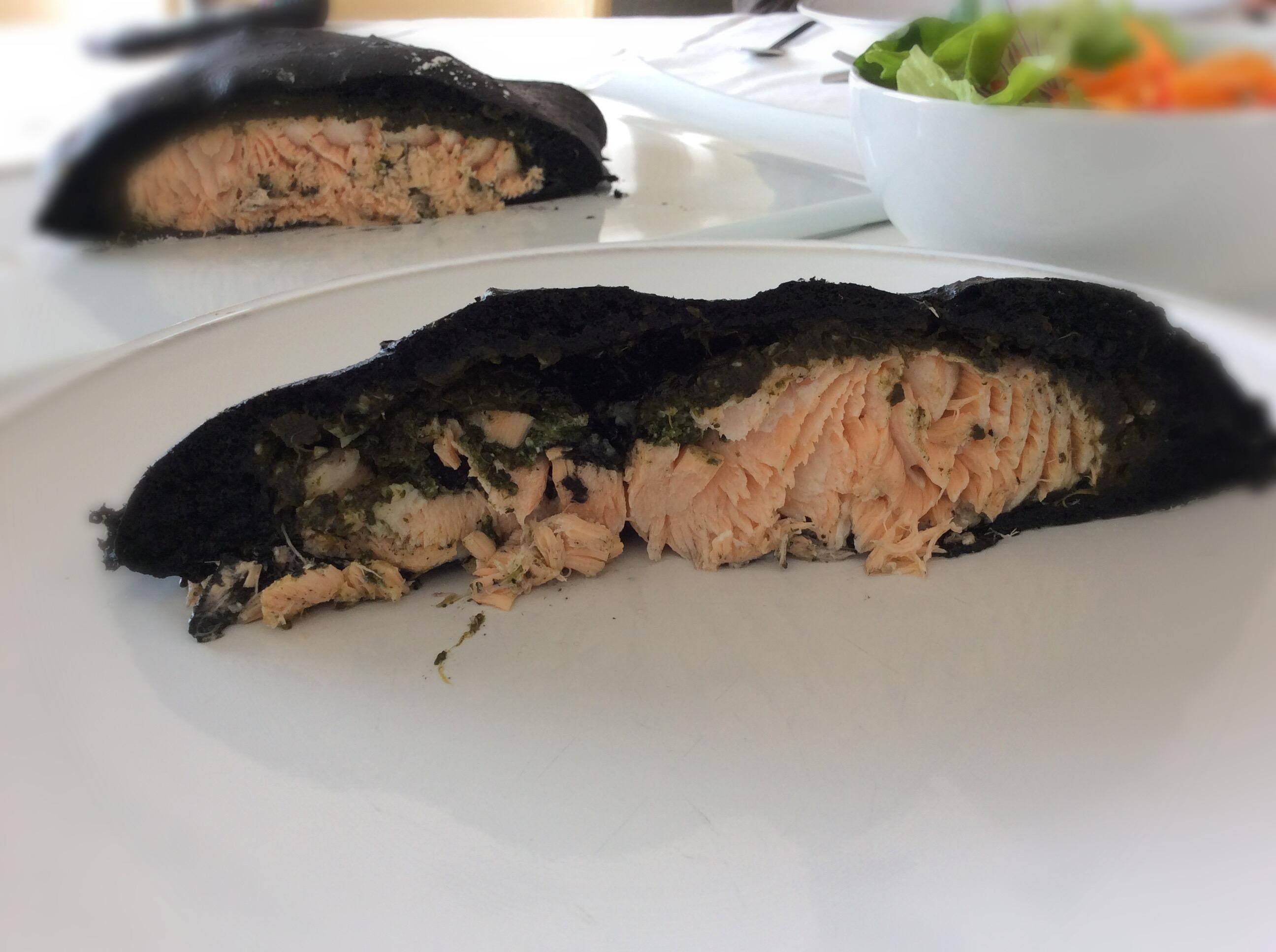 Lombo de salmão em pão preto