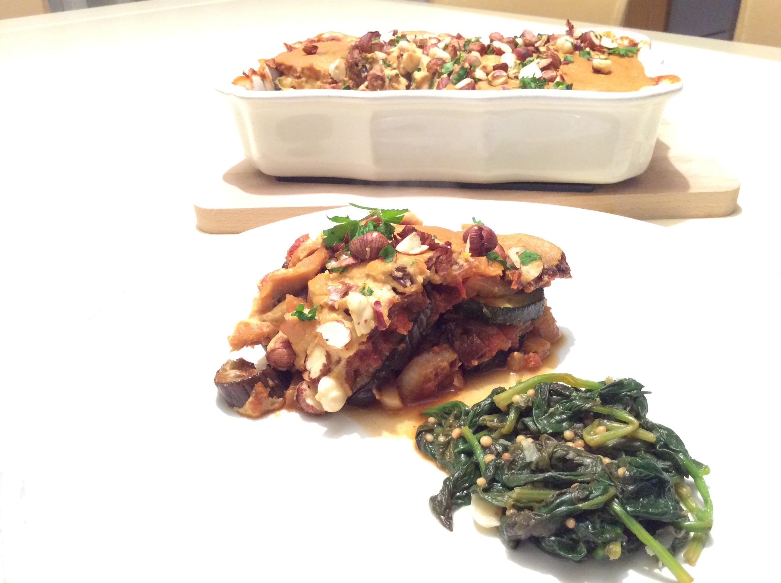 Lasanha vegan e espinafres salteados com sementes de Mostarda