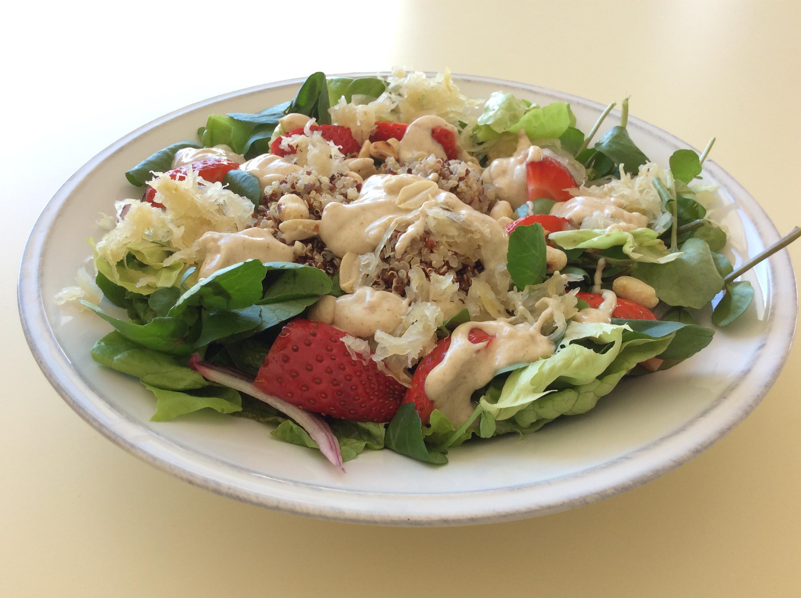 Salada de Quinoa e Amendoim com Morangos