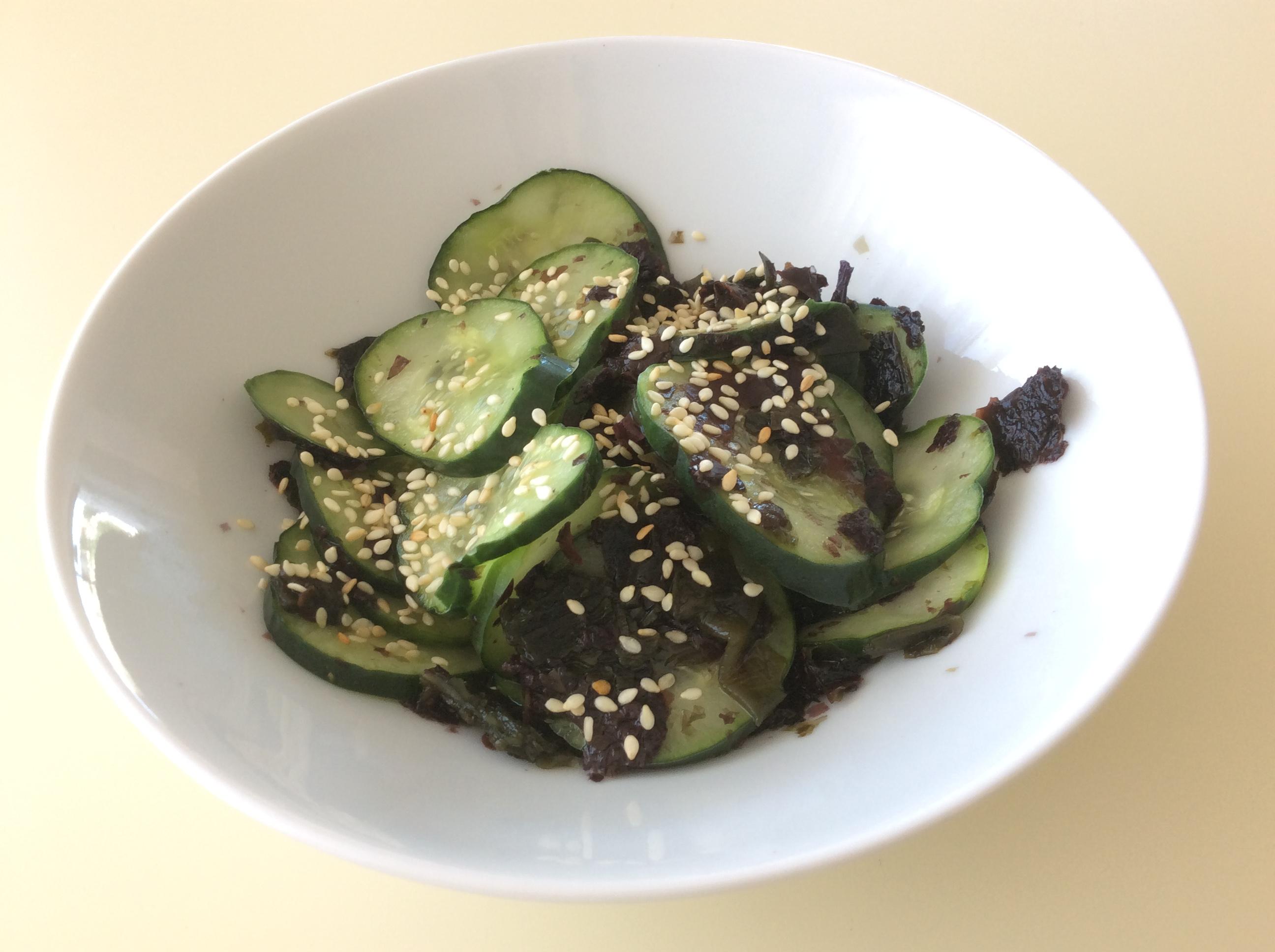 Salada japonesa de pepino e algas